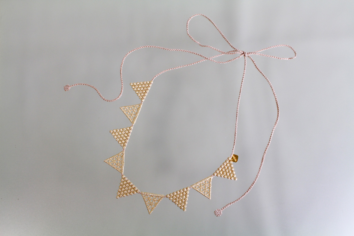 000_lace triangle_beigegold__1