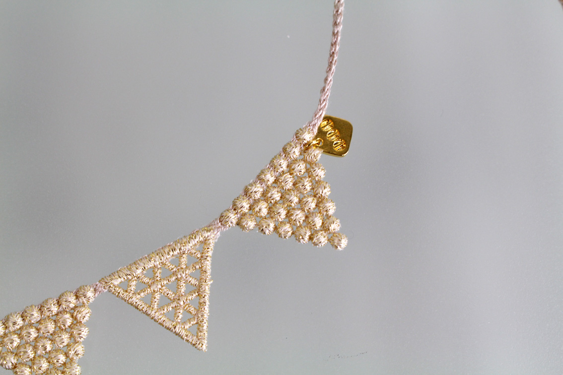 000_lace triangle_beigegold__3