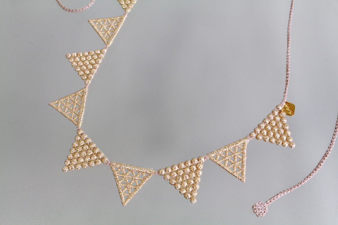 000_lace triangle_beigegold